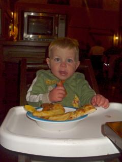 Kay geniet van het eten in Chuck Wagon